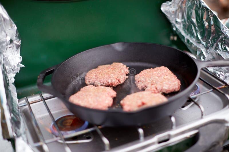 Surowi zmieloni wołowina hamburgeru paszteciki w niecce obrazy stock