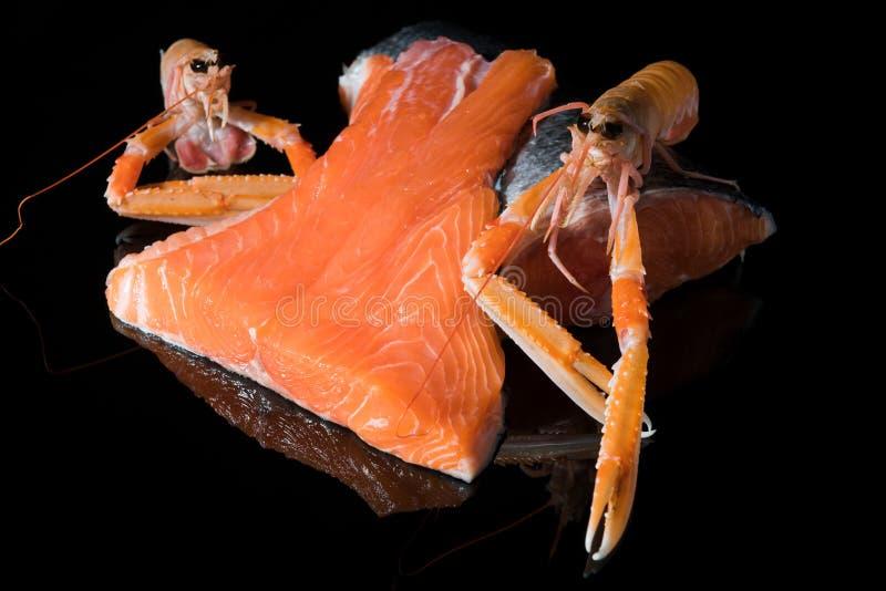 Surowy łososiowy filet na czarnym tle, dziki atlantycki rybi źródło Omega-3, zdrowy jedzenie, keto diety pojęcie obrazy stock