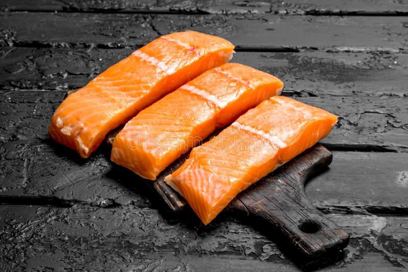 Surowy łososiowy rybi filet na tnącej desce obrazy stock