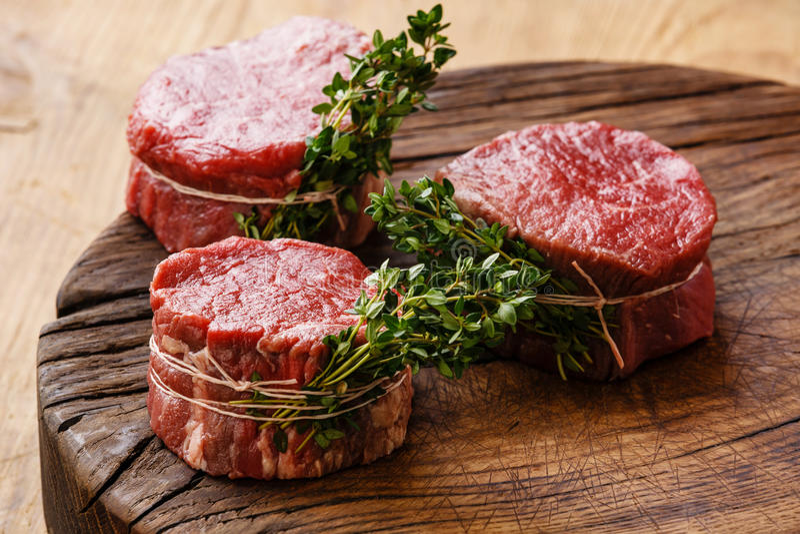 Surowy świeżego mięsa stku fileta mignon i macierzanka fotografia royalty free