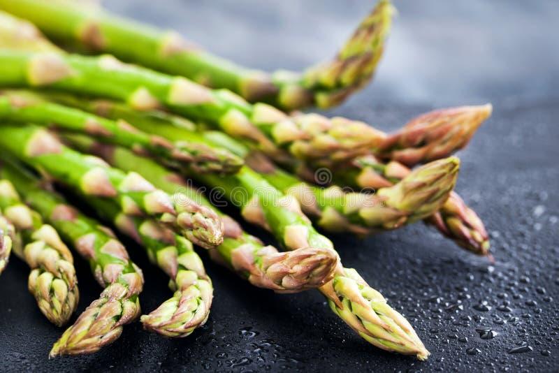 Surowy świeży asparagus na ciemnym tle, zakończenie zdjęcia stock
