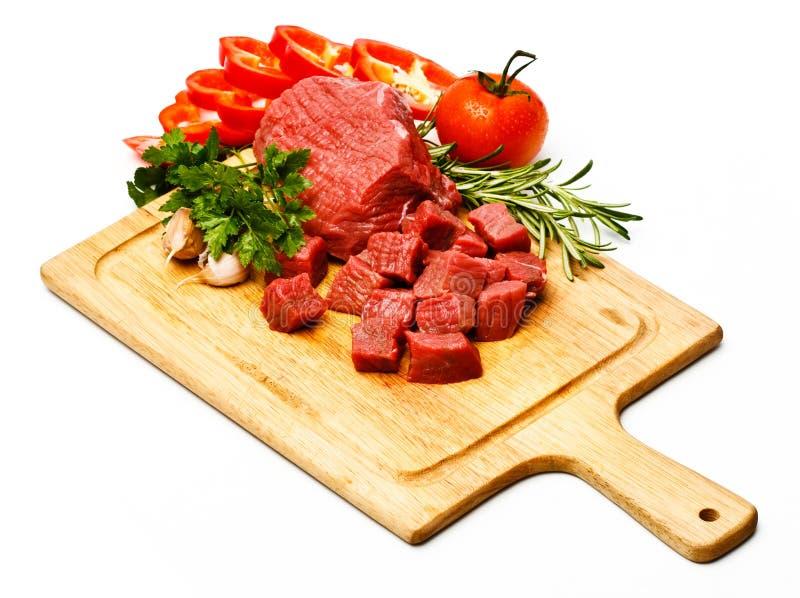 Surowy świeży mięso pokrajać w sześcianach z warzywami obrazy stock