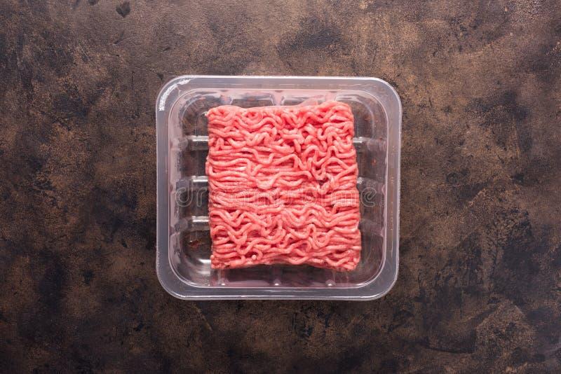 Surowy świeży minced mięso w czarnym plastikowym zbiorniku fotografia royalty free