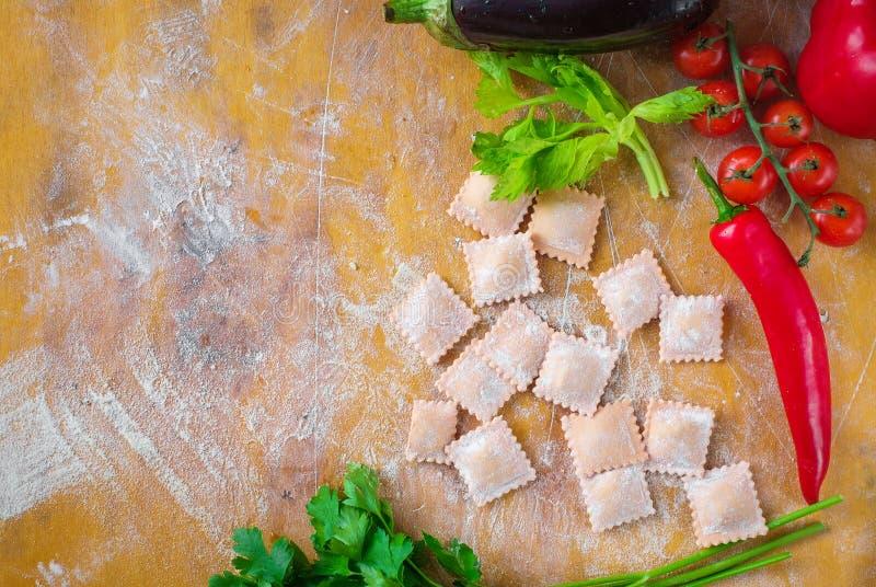 Surowy barwiony piero?ek z m?k? i warzywami na drewnianym tle fotografia stock