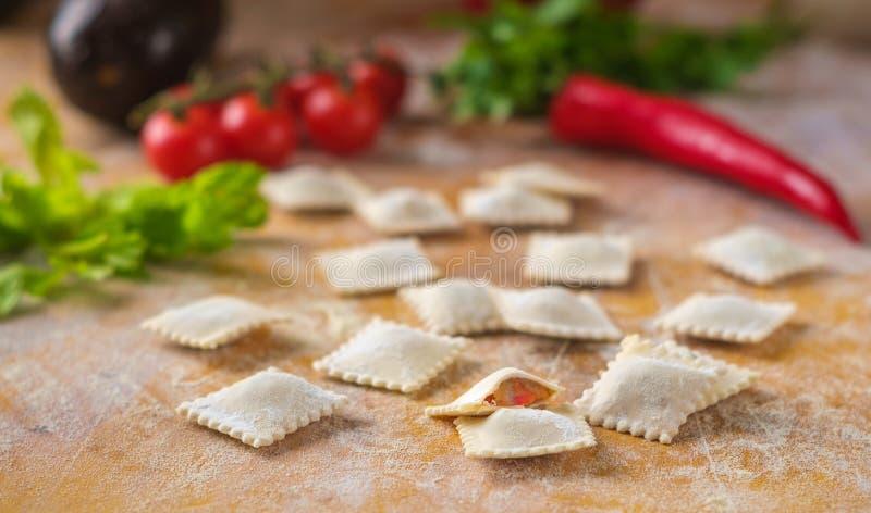 Surowy barwiony pierożka pierożek w mące z warzywami i pomidorami obrazy stock