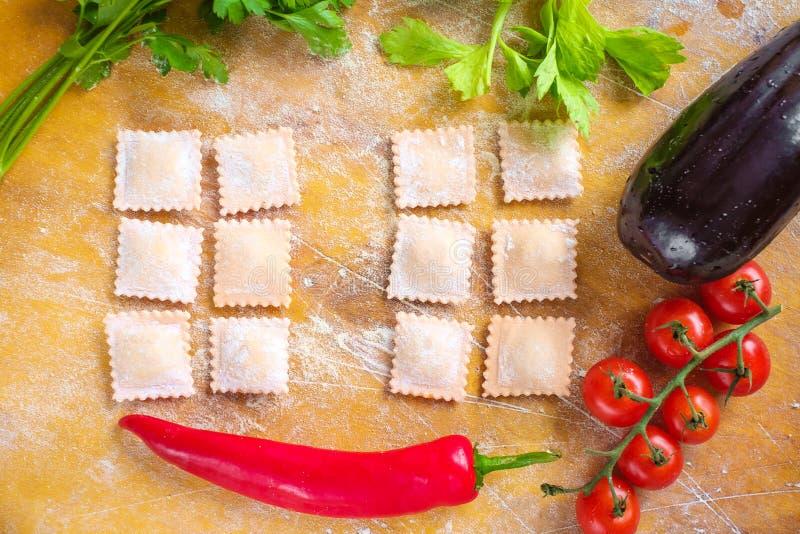 Surowy barwiony piero?ek z m?k? i pomidorami na drewnianym tle zdjęcia stock