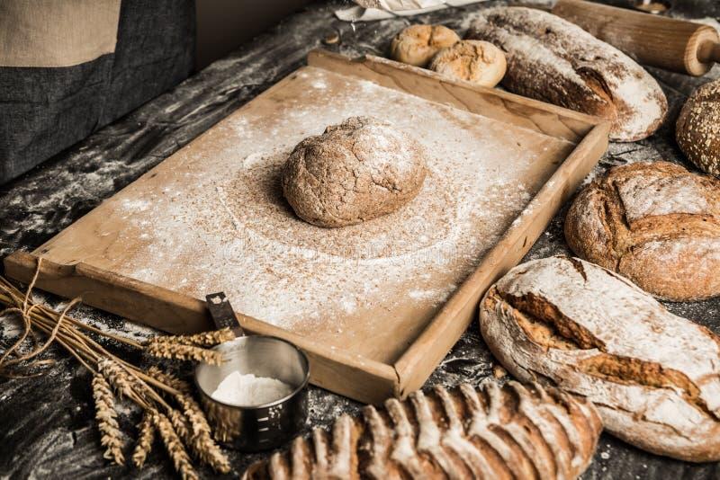 Surowy ciasto mała piekarni sceneria - robić bochenkowi chleb - zdjęcia stock