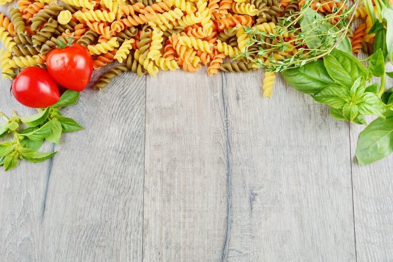 Surowy eliche tricolori makaronu tło zdjęcie royalty free