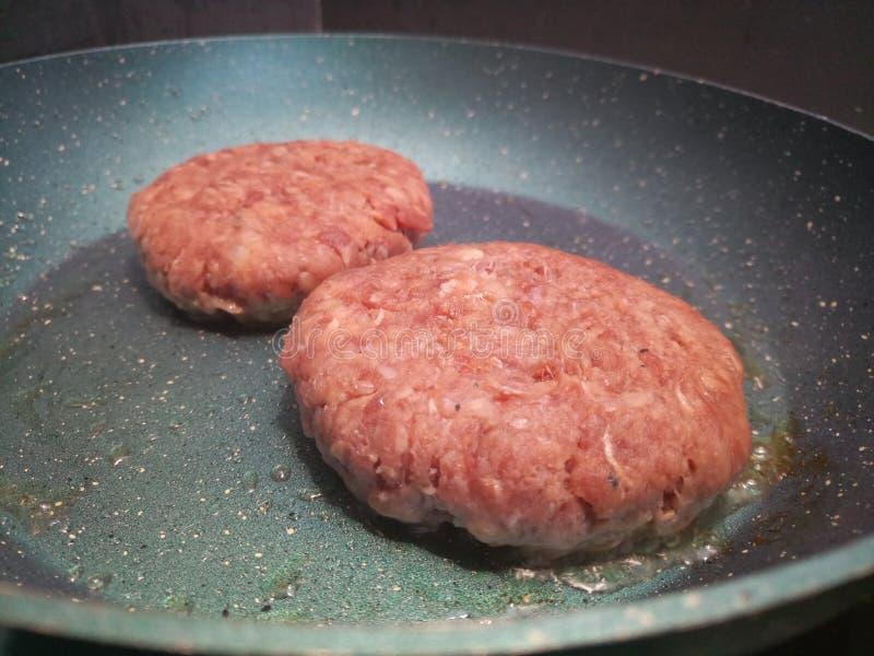 Surowy gęsty organicznie wołowina hamburgerów gotować zdjęcia royalty free