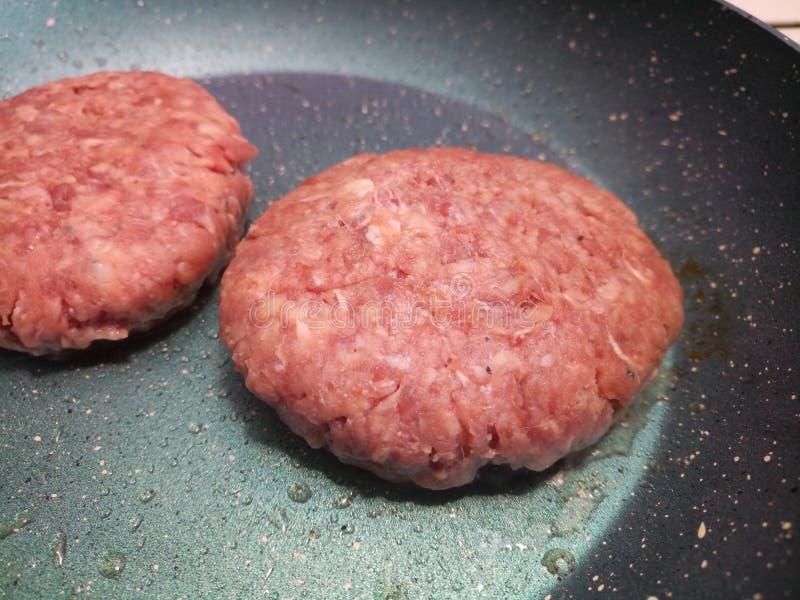 Surowy gęsty organicznie wołowina hamburgerów gotować obraz royalty free