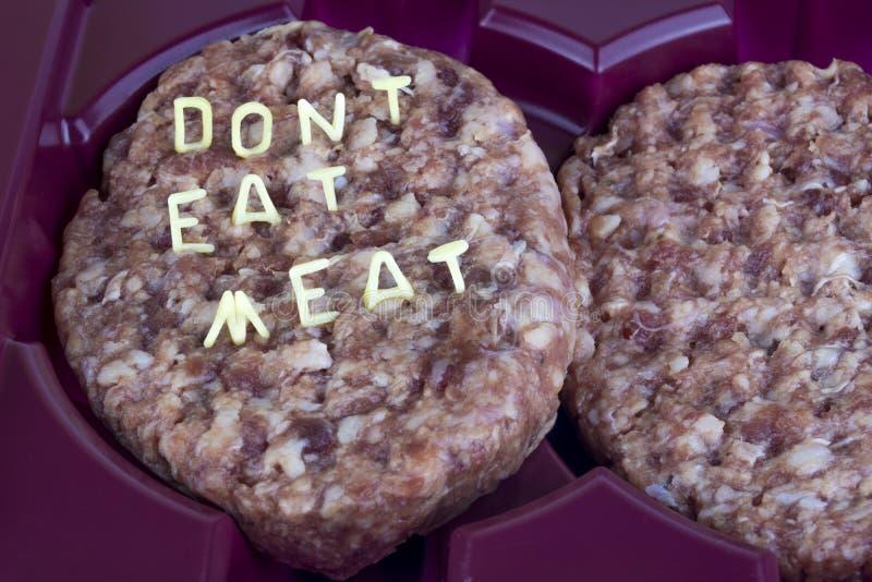 Surowy hamburger w tacy Inskrypcja listu kędzierzawy makaron - no je mięsa fotografia royalty free