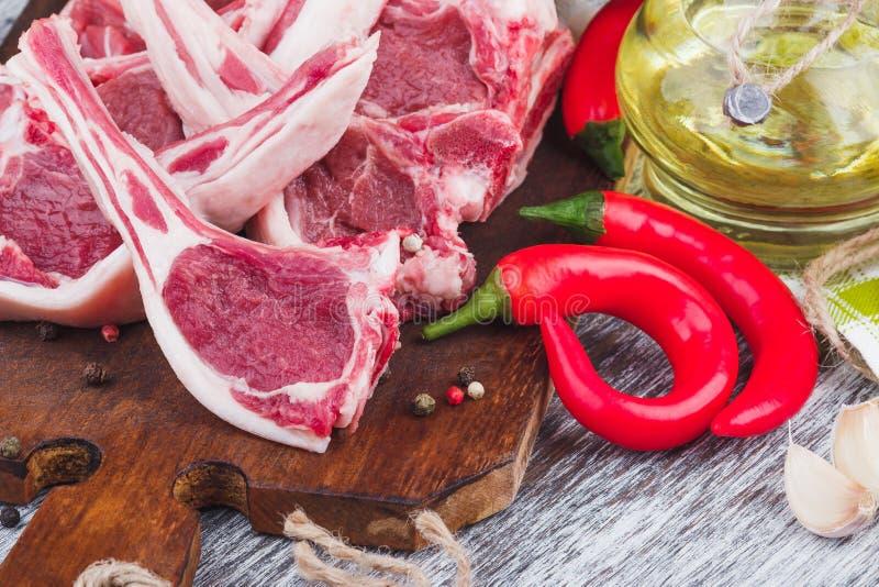 Download Surowy Jagnięcy Kotlecik Na Drewnianej Desce Obraz Stock - Obraz złożonej z jedzenie, cytryna: 106920969