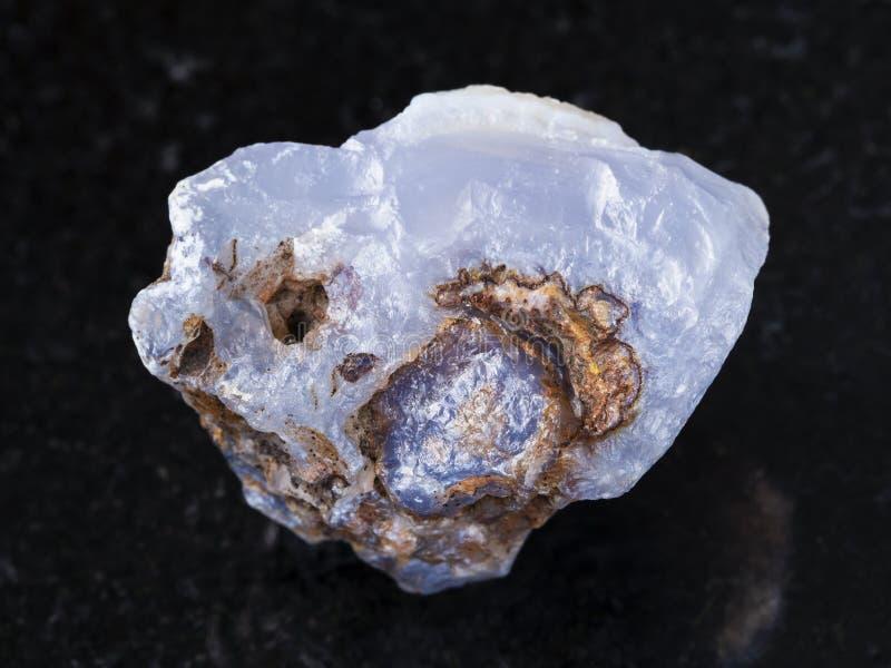 surowy kryształ błękitny chalcedonu gemstone na zmroku fotografia stock