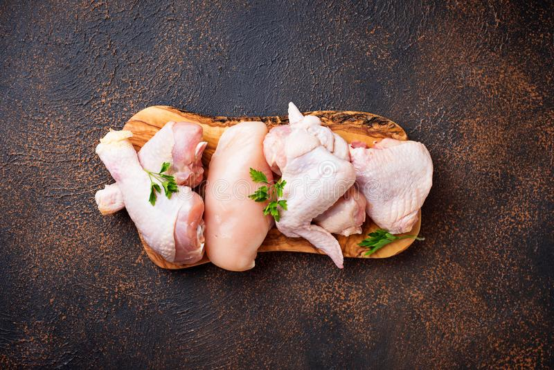Surowy kurczaka mięso polędwicowy, udo, uskrzydla i iść na piechotę zdjęcie royalty free