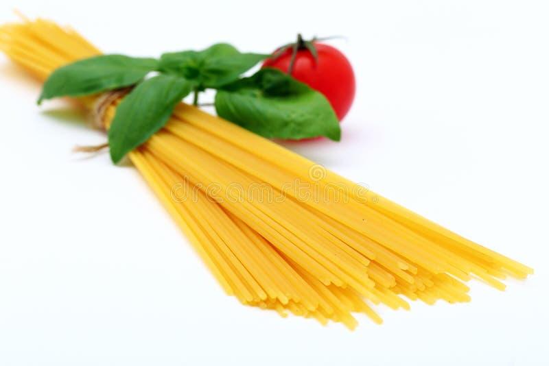 Surowy lub wysuszony Włoski makaron na białym tle zdjęcia stock