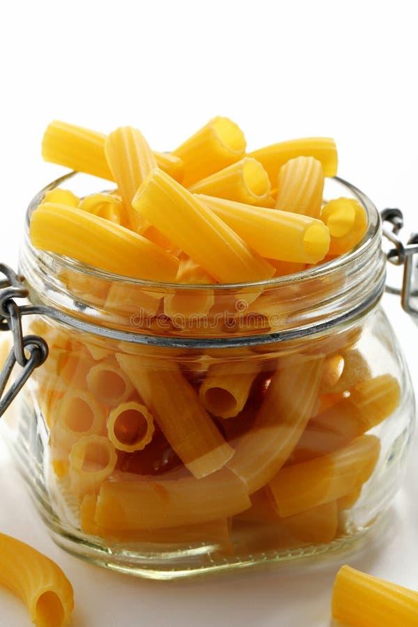 Surowy lub wysuszony Włoski makaron na białym tle zdjęcie stock