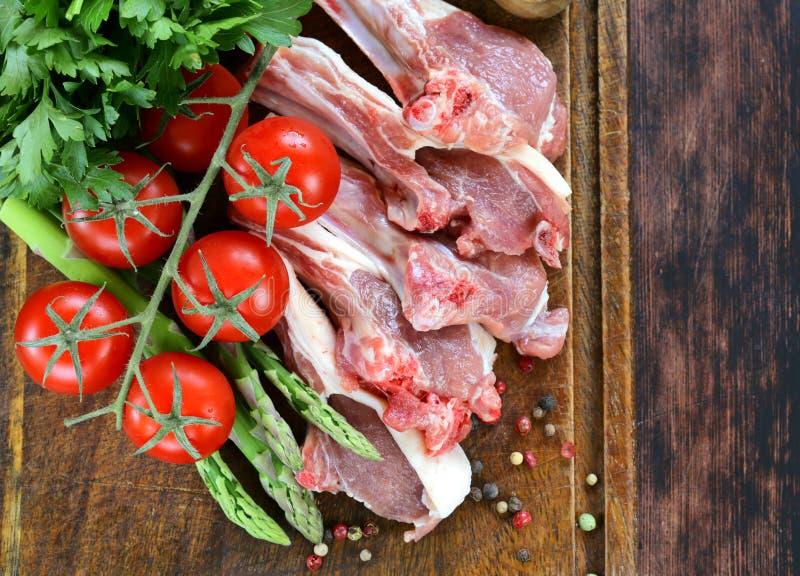 Surowy mięso, jagnięcy kotleciki z warzywami zdjęcie stock