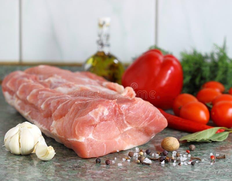 Surowy mięso, warzywa na stole zdjęcia royalty free