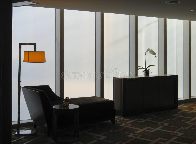 Surowy nowożytny wnętrze z bryczka holem, podłogową lampą i orchideą, zdjęcie stock