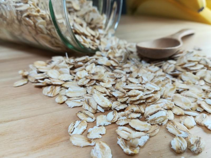 Surowy oatmeal rozprasza na biurku zdjęcia stock