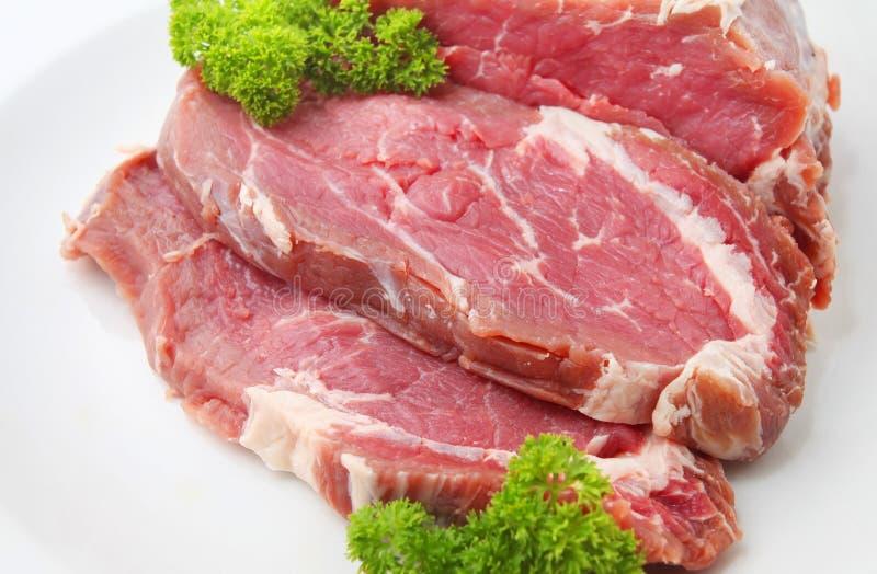 Surowy pokrojony wołowiny mięso lub ziobro oka stek obrazy stock