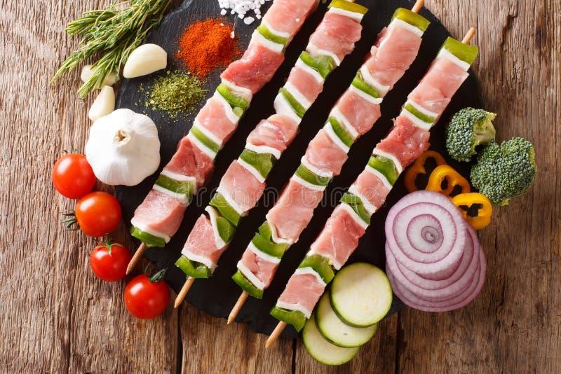 Surowy shish kebab z zielonym pieprzem na skewers vegeta i zakończeniu obrazy stock