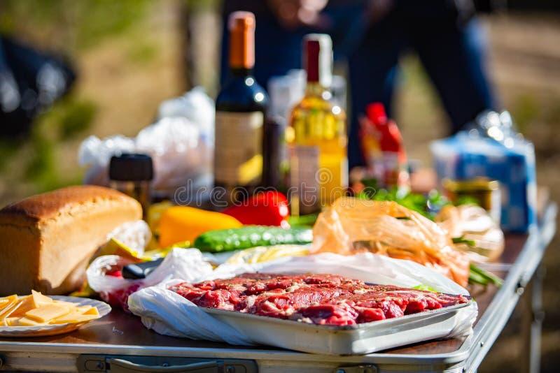 Surowy spotkanie marynował z warzywami gotowymi gotować fotografia royalty free