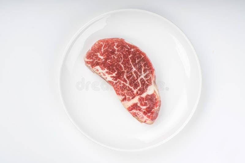 Surowy stek na talerzu obrazy stock