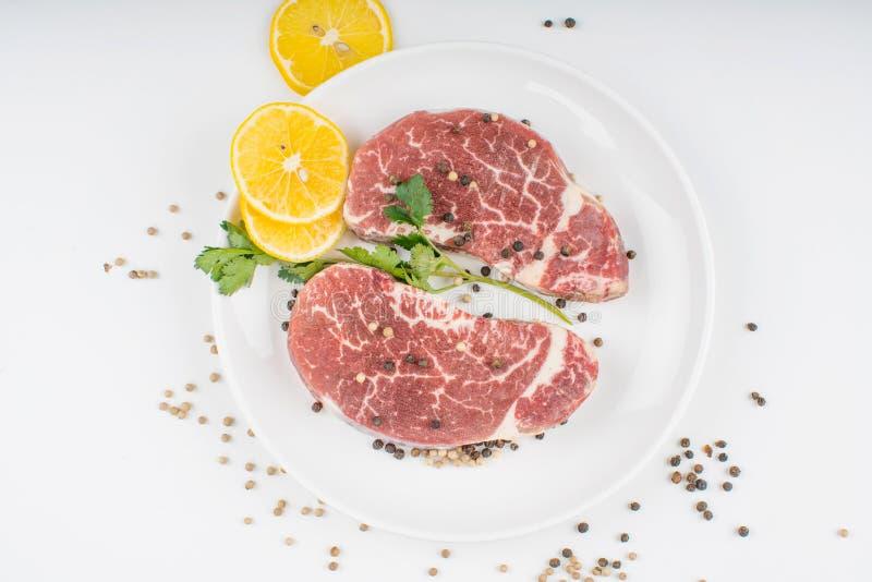 Surowy stek na talerzu fotografia stock
