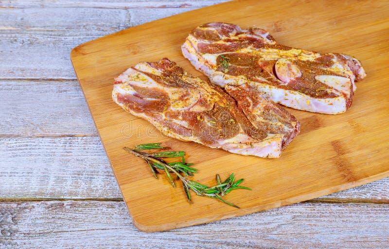 Surowy stek z rosmary na tnącej desce zdjęcie royalty free