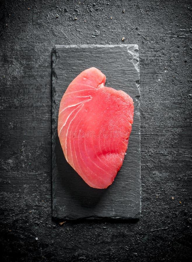 Surowy tuńczyka stek na kamiennej desce zdjęcie stock