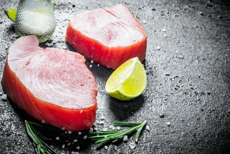 Surowy tuńczyka stek z rozmarynami, wapnem i solą, fotografia royalty free