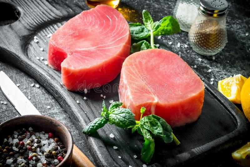 Surowy tuńczyka stek z ziele i pikantność obrazy royalty free