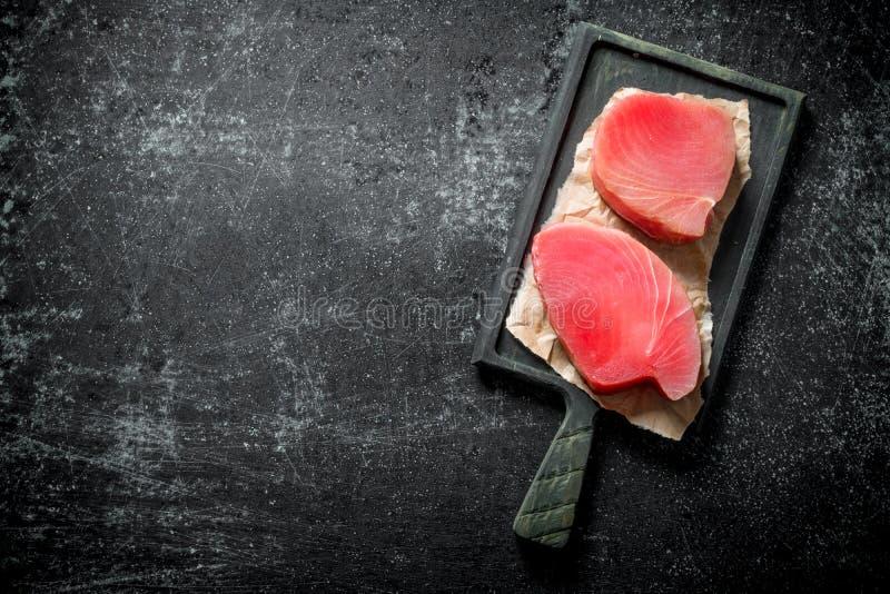 Surowy tu?czyka stek na tn?cej desce fotografia stock