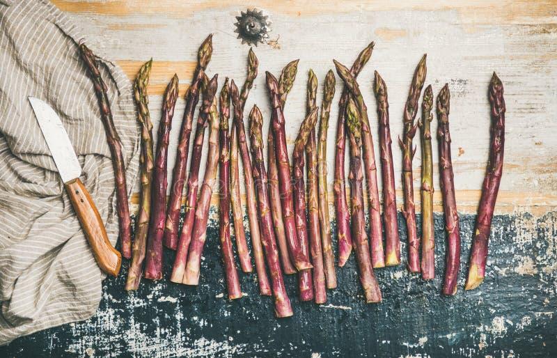 Surowy uncooked purpurowy asparagus fotografia royalty free