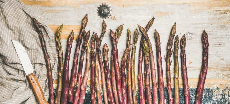 Surowy uncooked purpurowy asparagus fotografia stock