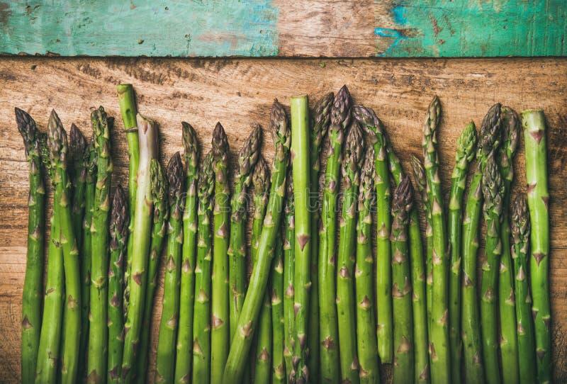 Surowy uncooked zielony asparagus fotografia royalty free