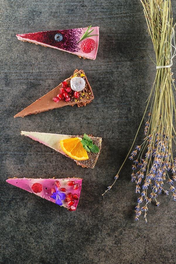 Surowy weganin zasycha z owoc i ziarnami dekorującymi z kwiatem, produkt fotografia dla patisserie fotografia stock