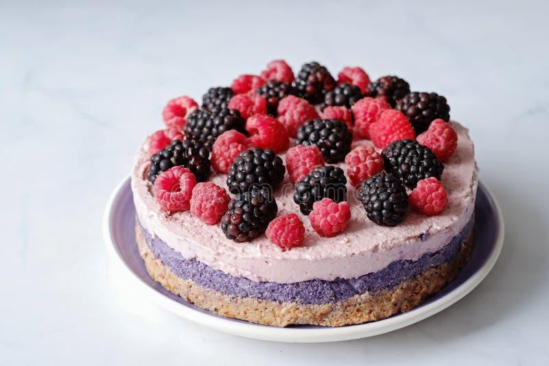 Surowy weganinu tort z malinkami i bluberries na bielu stole zdjęcie royalty free