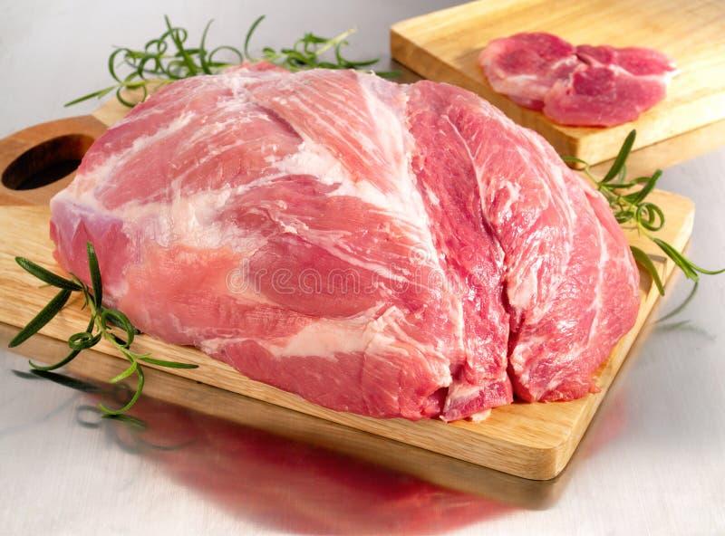Surowy wieprzowina baleron na tnącej desce obraz stock