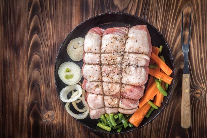 Surowy wieprzowina kotlecik marynował mięsną rolkę z asortowanymi warzywami zdjęcie stock
