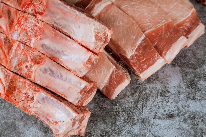 Surowy wieprzowina kotlecika stek na tnącej desce fotografia stock