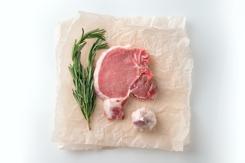 Surowy wieprzowiny cutlet z pikantność dla grilla lub kucharstwa obrazy stock