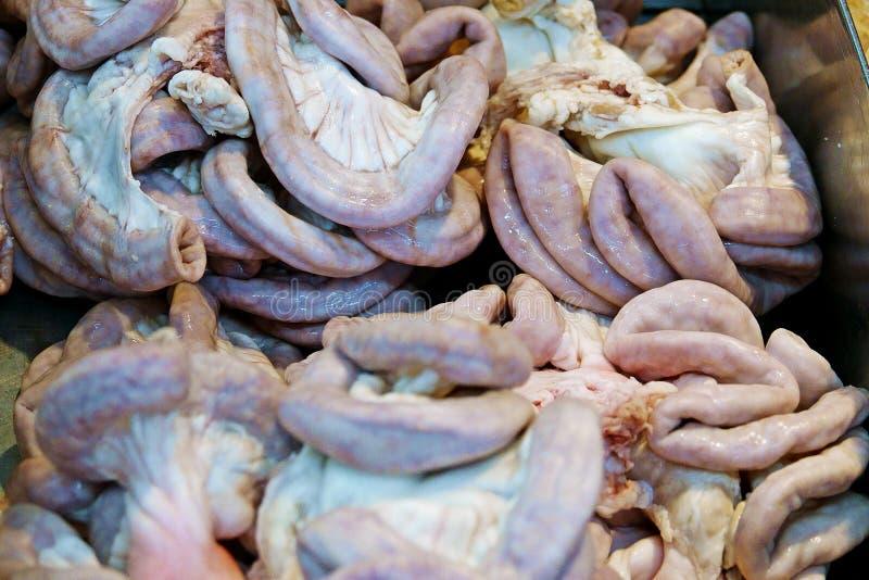 Surowy wieprzowiny jelito w tacy przy targowymi świeżymi foods, chitterlings, flak wieprzowiny organy zdjęcie royalty free