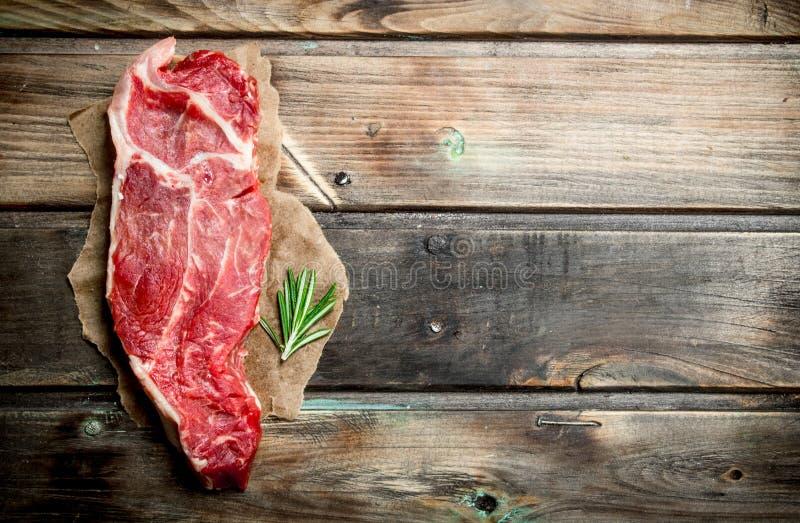 Surowy wołowina stek z sprig rozmaryny zdjęcia royalty free