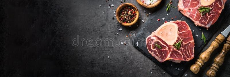 Surowy wołowina stku osso bucco na czerni Marmurowy mięso obrazy royalty free