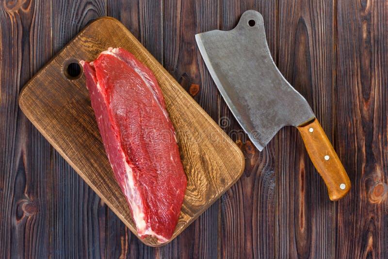 Surowy wołowiny mięso na tnącej desce z starym rocznika cleaver zdjęcia stock