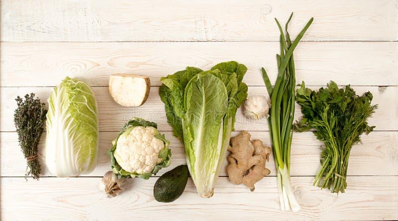 Surowy zieleni i białych świezi organicznie warzywa zdjęcie royalty free