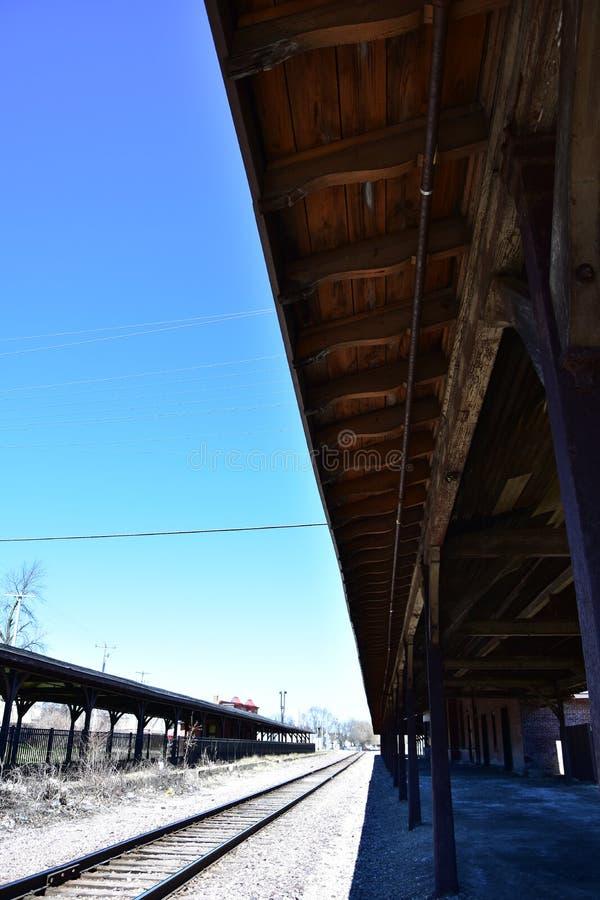Surplomb à une vieille gare regardant le long des voies image libre de droits