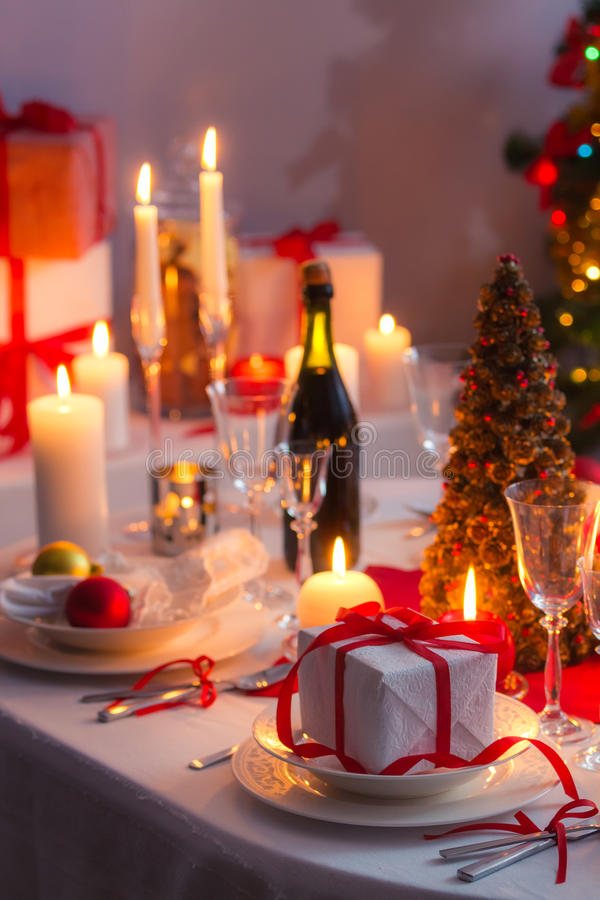 Surpreenda a espera familly em uma tabela do Natal foto de stock